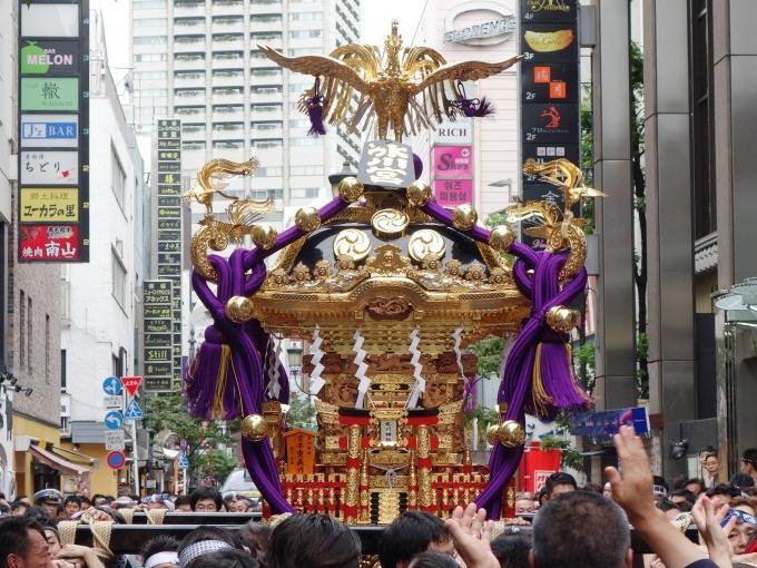 新調の「宮神輿」と江戸型山車の100年ぶりの連合巡行。